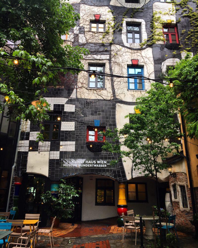 Când arhitectura întâlnește gastronomia: Hundertwasser și Cafe Kunst Haus
